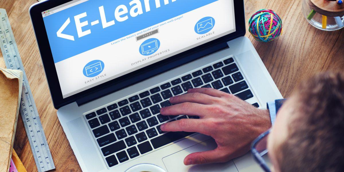 Hombre estudiando curso de e-learning